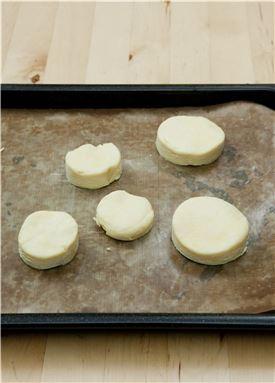 6. 반죽을 꺼내 지름 7cm 크기의 둥근 틀로 찍어내고 오븐 팬에 간격을 두고 놓아 180℃로 예열한 오븐에서 20분 정도 노릇하게 굽는다.