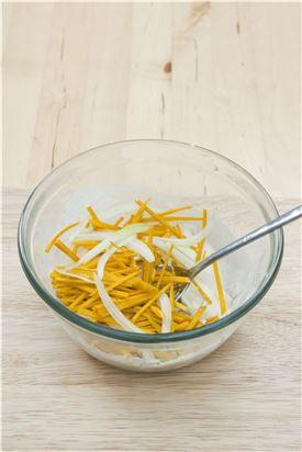 4. 반죽에 손질한 단호박, 양파를 넣어 골고루 섞는다.