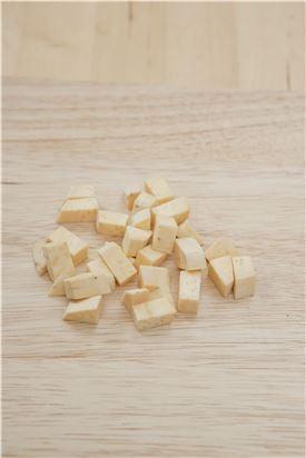 3. 고구마 조림을 만든다. 고구마는 껍질을 벗긴 후 깍둑썰기 한다.