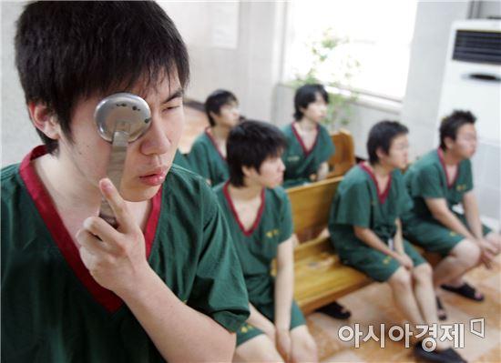 입영대상자들이 병무청에서 신체검사를 받고 있다.