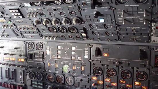 E-4B 내부의 계기판.