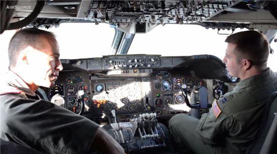 E-4B는 사이버 공격에 상대적으로 덜 취약해 조종사들은 기존 아날로그식 비행계기도 이용한다.