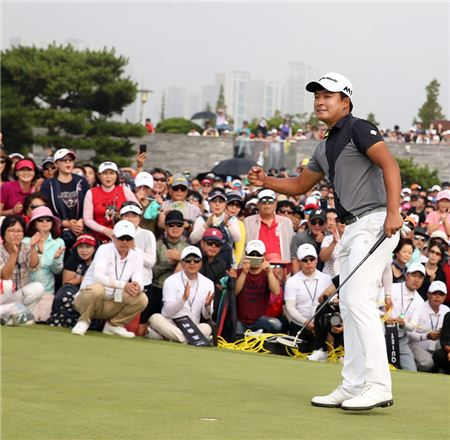 김승혁이 제네시스챔피언십 최종일 18번홀 그린에서 우승이 확정되는 순간 환호하고 있다. 사진=KGT