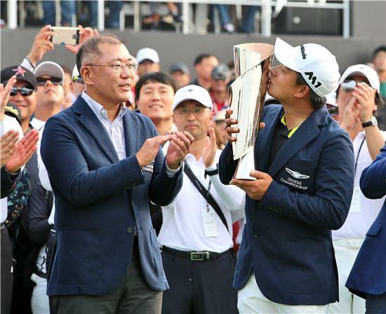 제네시스 챔피언십에서 정의선 부회장(좌)과 우승자인 김승혁 선수의 모습(우)