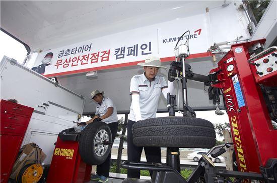 금호타이어 직원이 방문 고객들을 대상으로 특수 제작된 대형 윙바디 차량을 활용해 타이어 점검 서비스를 제공하고있다.
