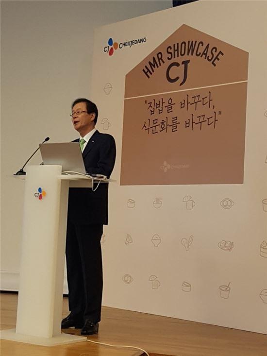김철하 CJ제일제당 대표이사 부회장이 11일 오전 서울 필동 CJ인재원에서 'CJ HMR 쇼케이스'를 개최하고, 가정간편식(HMR) 사업 비전에 대해 설명하고 있다.