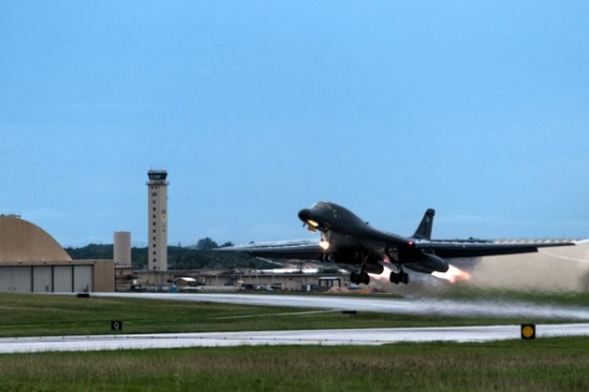 10일 미 공군 전략폭격기 B1B 랜서 편대가 괌 앤더슨 공군기지를 이륙해 한반도 상공으로 출격하고 있다. 사진 = USAF