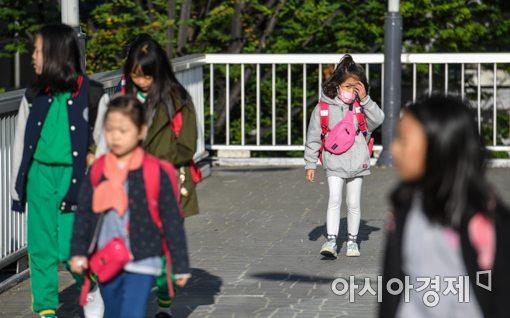 [포토]서울 아침 8도, 외투 입고 등교하는 어린이들