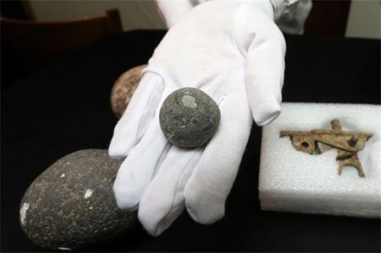 12일 문화재청 국립해양문화재연구소에서 공개한 명량해협에서 발굴된 조란탄 모습(사진=연합뉴스)