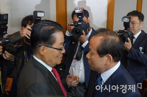 [포토]인사하는 김이수 헌법재판소장 권한대행-박지원 의원
