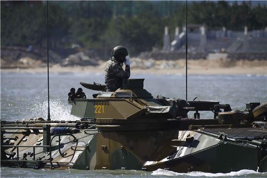<h1>[양낙규의 Defence Club]평양 기습 상륙할 수륙장갑차 타보니</h1>