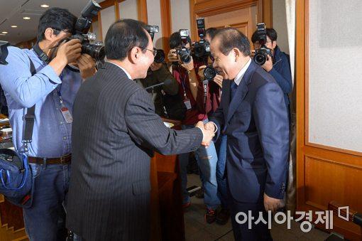 [포토]노회찬 원내대표와 악수하는 김이수 권한대행