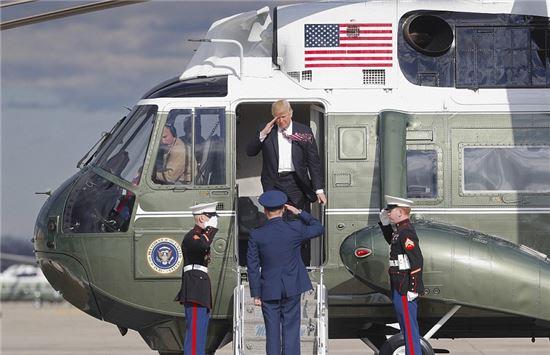 미 대통령 전용 헬기 마린원(Marine One)에서 내리는 도널드 트럼프 대통령 모습. 사진 = 연합뉴스/AP