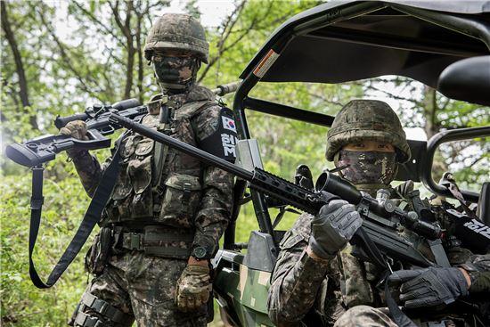 육군3사단 수색대대에서 저격수를 맡고 있는 부사관 형제 (왼쪽부터 홍근우, 홍근형 중사).
