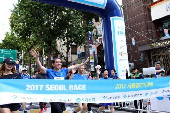 박원순 서울시장이 지난 15일에 열린 서울달리기대회 10㎞ 부문에 참가해 달리고 있다. (사진=박원순 서울시장 페이스북)