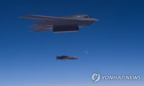 393폭격대대 소속 B-2 폭격기가 '폭탄의 아버지' GBU-57을 투하하는 훈련 장면이다. / 사진=[이미지출처=연합뉴스]
