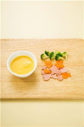 1. 달걀은 소금과 후춧가루를 넣어 잘 풀고 장식용 재료인 당근, 햄, 브로콜리는 깍지로 찍어내거나 칼로 썰어 모양을 낸다.