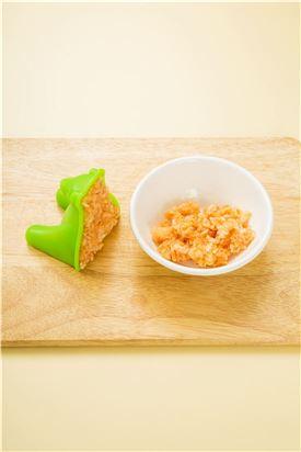 4. 볶음밥은 곰돌이 모양 틀에 넣어 모양을 만들어 접시에 담고 스크램블 에그, 장식용 재료로 장식한다.
