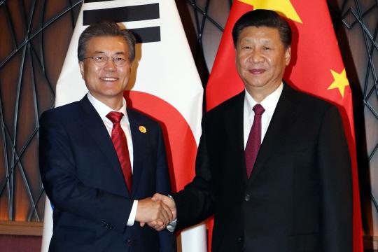 아시아태평양경제협력체(APEC) 정상회의에 참석 중인 문재인 대통령과 시진핑 중국 국가주석이 11일 오후(현지시간) 베트남 다낭 크라운플라자 호텔에서 열린 정상회담에서 악수하고 있다. 사진/다낭=연합뉴스