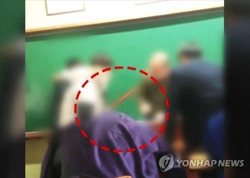 [이미지출처=연합뉴스] 2015년 12월 경기도 이천의 한 고등학교에서 고등학생들이 빗자루 등으로 기간제 교사를 폭행한 이른바 '빗자루 교사 폭행 사건'의 영상.