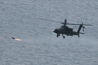 군 항공작전사령부 아파치(AH-64E) 헬기가 13일 헬파이어 미사일을 발사하고 있다.(사진=육군 제공)