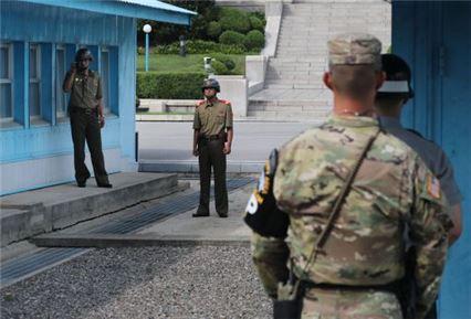 북한군 1명이 13일 오후 판문점 공동경비구역(JSA)으로 귀순해왔다. (사진=연합뉴스)