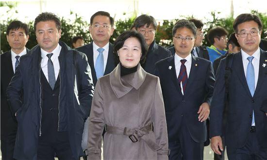 추미애 더불어민주당 대표가 4박 6일의 미국 방문을 위해 14일 오전 인천공항을 통해 출국했다. 사진=연합뉴스