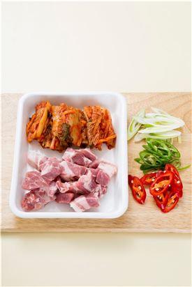 1. 배추김치와 돼지고기는 먹기 좋은 크기로 큼직하게 썬다. 양파는 굵게 채 썰고 대파, 홍고추, 풋고추는 어슷하게 썬다.