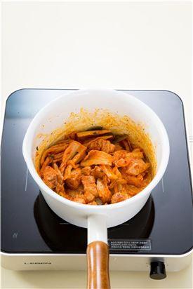 2. 냄비에 들기름을 두르고 배추김치와 돼지고기를 볶는다.