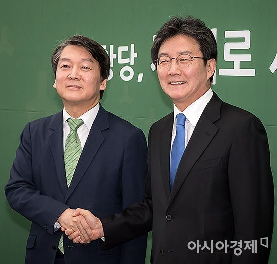 악수하는 안철수 국민의당 대표(왼쪽)와 유승민 바른정당 대표