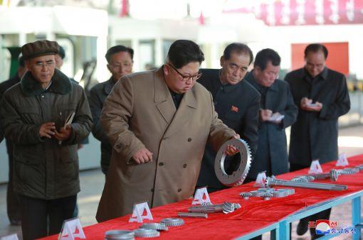 김정은 북한 노동당 위원장이 금성뜨락또르(트랙터) 공장을 시찰했다고 조선중앙통신이 15일 보도했다. (사진=연합뉴스)