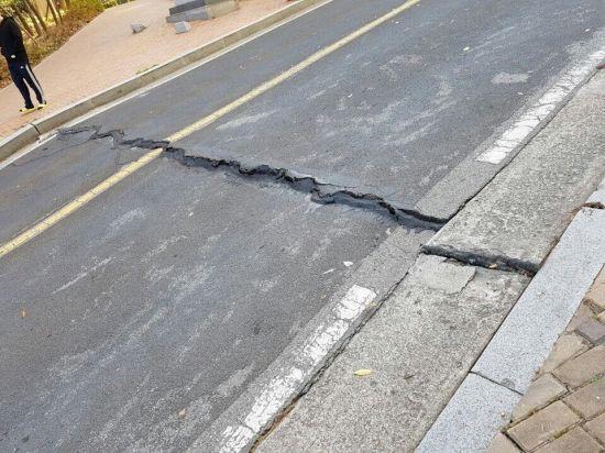 [포항 지진 현장] 인도·도로 파괴…'아비규환'…처참한 현장