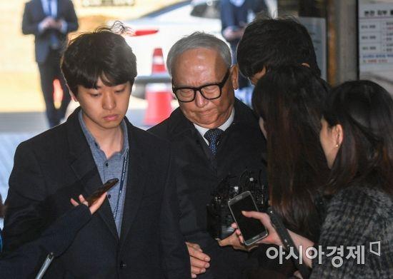 기자들의 질문에 답변을 거부하는 이병호 전 국정원장(가운데)