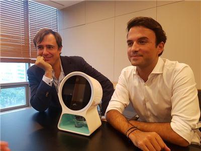 왼쪽부터 엠마뉴엘 무시니 (Emanuele Musini) CEO, 제임스 와이만(James Wyman) COO