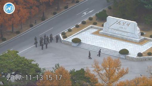 판문점 공동경비구역(JSA)으로 북한 병사가 귀순한 지난 13일 추격하던 북한 군인들이 JSA 북측지역에 집결해 있다.