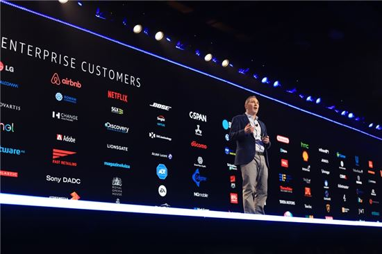 앤디 재시 아마존웹서비스 CEO가 29일(현지시간) 미국 라스베이거스에서 열린 AWS의 연례 기술 행사인 리인벤트에서 기조연설을 하고 있다.