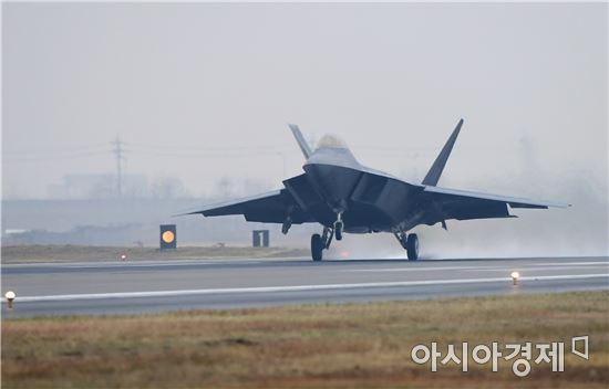 <h1>[양낙규의 Defence Club]한반도 상공 나타난 스텔스기 F-22 6대</h1>