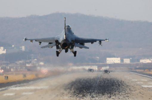 [이미지출처=연합뉴스] 한미 양국 공군이 역대 최대 규모로 진행하는 연합공중훈련 '비질런트 에이스'(Vigilant ACE) 훈련이 시작된 4일 오전 경기도 평택시 주한미공군 오산기지에서 F-16 전투기가 착륙하고 있다.