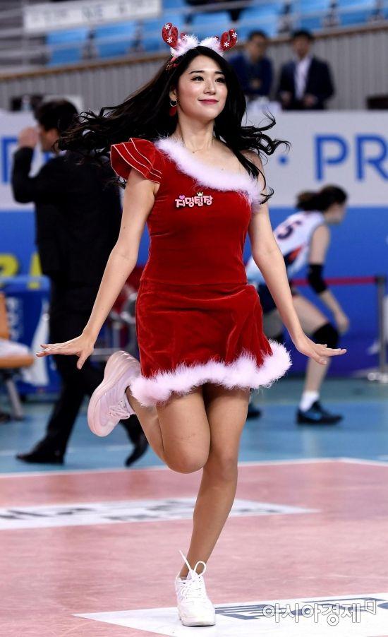 [포토] 산타 공연하는 김지민 치어리더