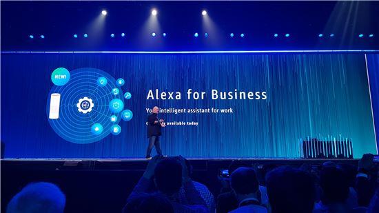 워너 보겔스 아마존 CTO(최고기술책임자)가 아마존웹서비스의 연례 기술 행사 리인벤트에서 알렉사 포 비즈니스를 소개하고 있다.