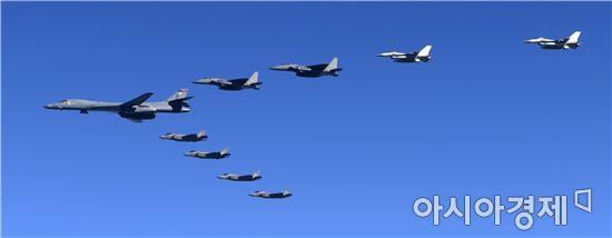 한국공군 F-15K 전투기와 美 B-1B 전략폭격기 등 양국 항공기가 편대를 이루어 한반도 상공을 비행하는 모습.(사진=공군 항공촬영사)