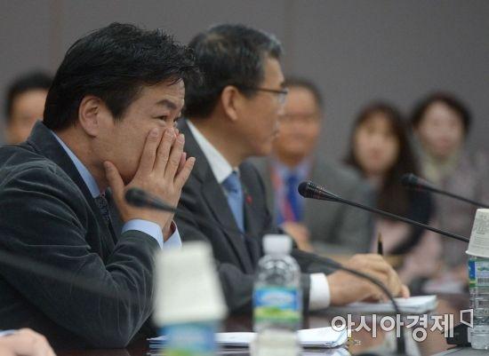 [포토]얼굴 감싼 홍종학 장관