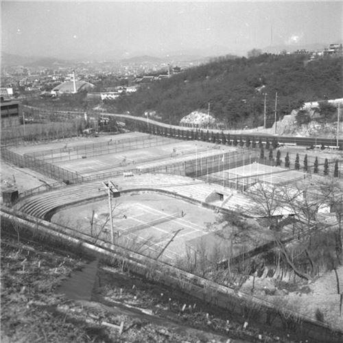1973년 남산쪽에서 촬영한 장충동 테니스장 일대 전경(자료:서울시)
