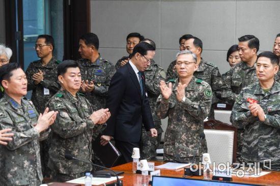 [포토]회의실 들어서는 송영무 국방장관