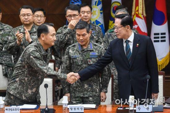 [포토]악수하는 국방장관-해군참모총장