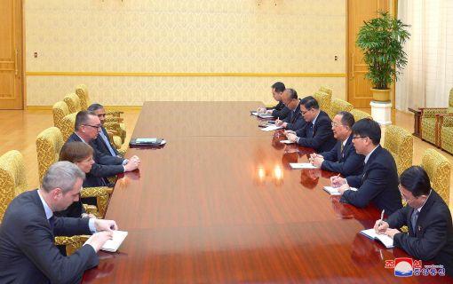 제프리 펠트먼 유엔 사무차장이 7일 평양 만수대의사당에서 리용호 북한 외무상을 만나 담화를 나눴다고 조선중앙통신이 보도했다. (사진=연합뉴스)