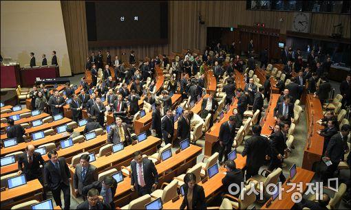 지난해 박근혜 전 대통령 탄핵소추안이 가결된 직후 새누리당 의원들이 본회의장을 나서고 있는 모습.