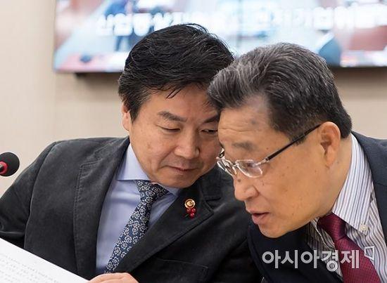 [포토] 홍종학 장관의 조심스런 대화