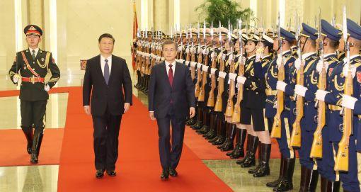 문재인 대통령과 시진핑 중국 국가주석이 14일(현지시간) 오후 베이징 인민대회당 북대청에서 열린 공식환영식에서 의장대의 사열을 받고 있다.[사진=연합뉴스]