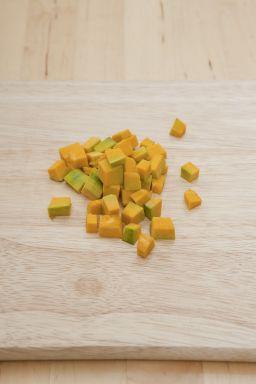 1. 단호박은 껍질째 깨끗이 씻어 씨를 제거하고 작은 주사위 모양으로 썰어 냄비에 담는다.